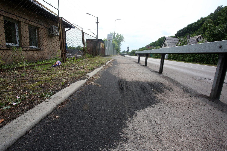 Anglių dulkės ir vandeniu sulietas juodas purvas gula ant Švenčionių gatvės.<br>M.Patašiaus nuotr.