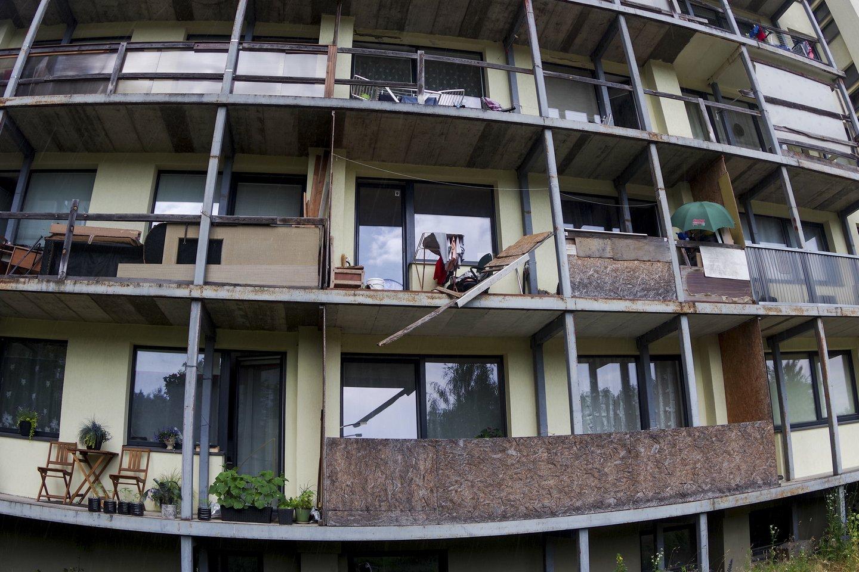 Be turėklų visi 5 aukštų daugiabučio balkonai. Kai kurie žmonės užsikalė medžio plokštėmis, kiti – polikarbonatu, nes vienodų turėklų įsirengti neleidžiama.<br>V.Ščiavinsko nuotr.
