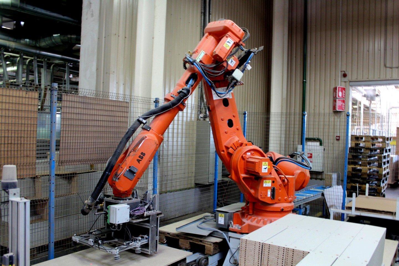 Beveik du trečdaliai Lietuvos gyventojų savo darbovietėse jaučiasi saugiai ir nesibaimina darbo prarasti dėl robotizacijos.<br>G.Pilaičio nuotr.