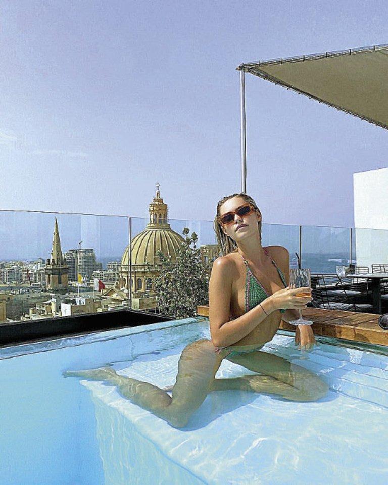 Atsiveriančia panorama į Maltą iš baseino mėgavosi TV laidų vedėja Dijora Petrikonytė.<br>Asmeninio albumo nuotr.