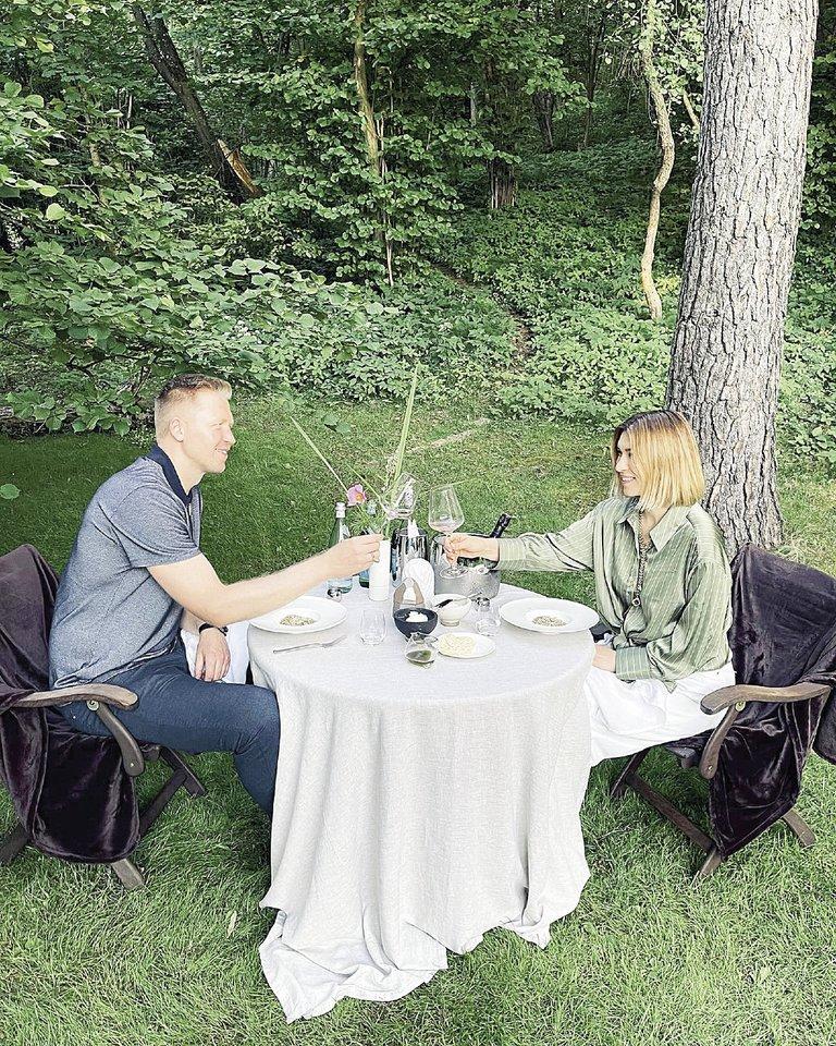 Garsi vizažo meistrė Neringa Čukinienė su vyru Povilu vestuvių metines paminėjo gamtoje.<br>Asmeninio albumo nuotr.