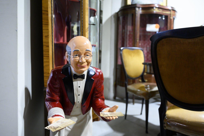Restauruojami stalai, kėdės ir komodos dažnai atsiduria kino kūrėjų akiratyje.<br>V.Skaraičio nuotr.