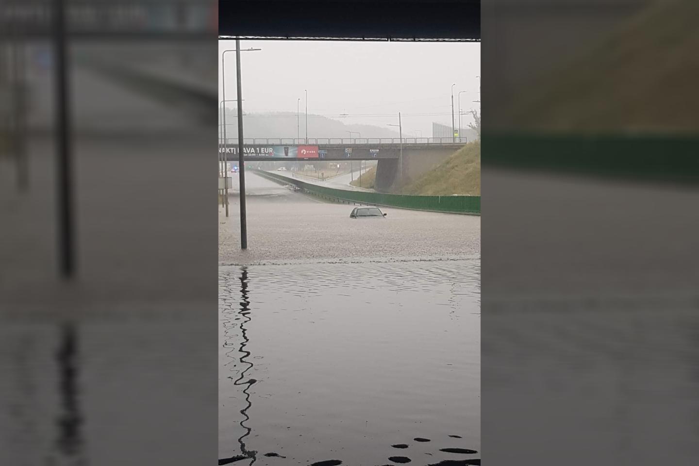 Potvynis po liūties Lietuvoje įkalino žmones apsemtuose automobiliuose ir namuose.<br>Facebook gr./Mariaus G. nuotr.