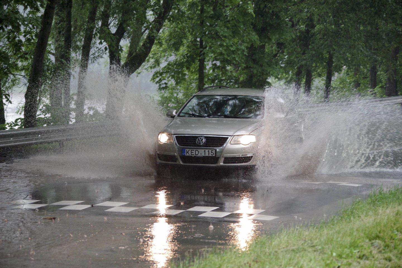 Potvynis po liūties Lietuvoje įkalino žmones apsemtuose automobiliuose ir namuose.<br>V.Ščiavinsko nuotr.