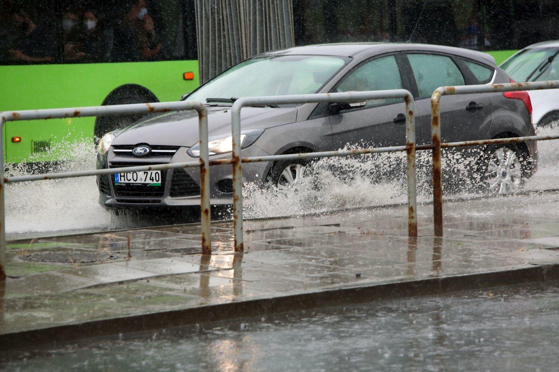 Potvynis po liūties Lietuvoje įkalino žmones apsemtuose automobiliuose ir namuose.<br>M.Patašiaus nuotr.