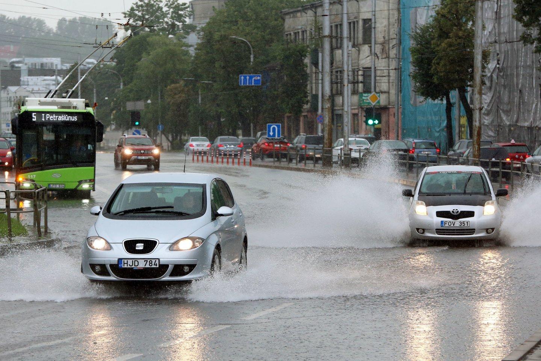 Antradienį pliaupiantis lietus užtvindė sostinės gatves.<br>M.Patašiaus nuotr.