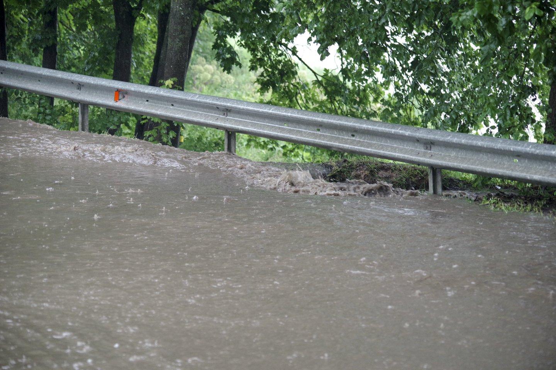 Antradienį pliaupiantis lietus užtvindė sostinės gatves.<br>V.Ščiavinsko nuotr.