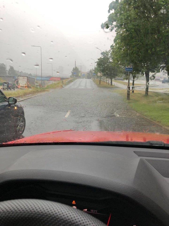 Antradienį pliaupiantis lietus užtvindė sostinės gatves.<br>lrytas.lt skaitytojo nuotr.