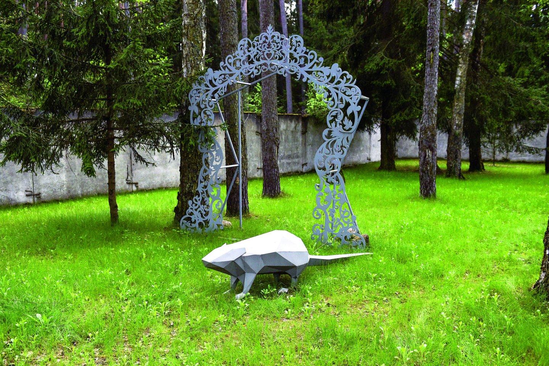 Parke esančios S.Misevičiaus skulptūros yra panašios į popierines išlankstytas figūras.<br>V.Ščiavinsko nuotr.