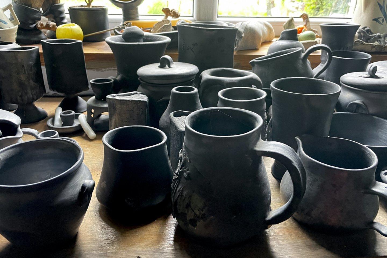 P.Pretkelis iki šiol bent du kartu per metus užkuria dar savo mokytojo M.Miliausko paliktas krosnis ir išdega savo juodosios keramikos dirbinius.<br>V.Ščiavinsko nuotr.
