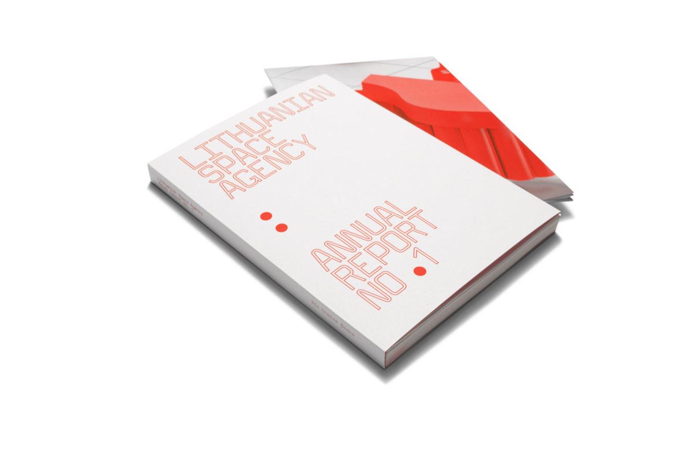 """Pirmoji Lietuvos erdvės agentūros metinė ataskaita. Sudarė J.Urbonas ir M.Batakytė. Leidėjai """"Six Chairs Books"""" kartu su galerija """"Vartai"""" ir """"Rupert"""".<br>A.Valiūtės ir D.Plechavičiaus nuotr."""