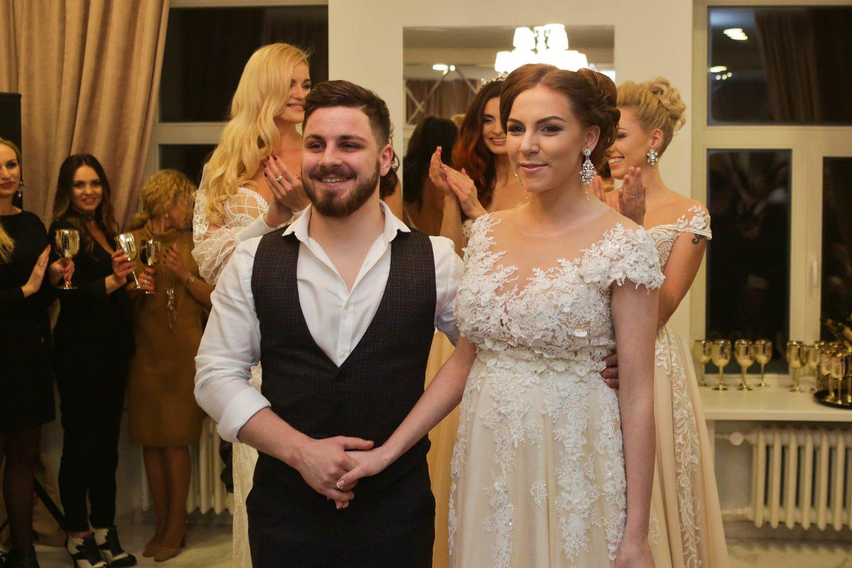 Mikas ir Miglė Stankevičiai sūpuoja dvynukes.<br>LR archyvo nuotr.