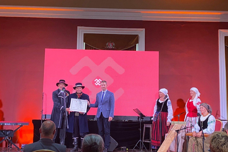 Neringos bendruomenės pastangos saugoti kultūros vertybes įvertintos sertifikatu.<br>Neringos savivaldybės nuotr.
