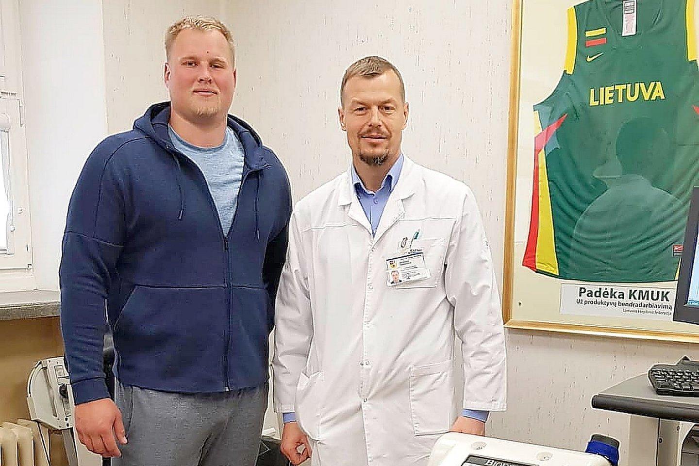 Sporto medicinos gydytojas Gediminas Tankevičius ir disko metikas Andrius Gudžius.<br>Asmeninio albumo nuotr.