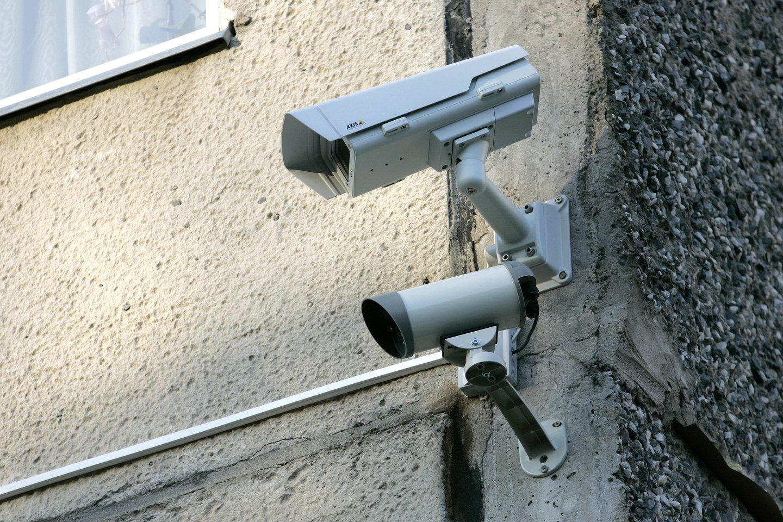 Daugiau nei prieš metus Kaune sumontuotos kameros dabar kabo it imitacija.<br>V.Balkūno nuotr.