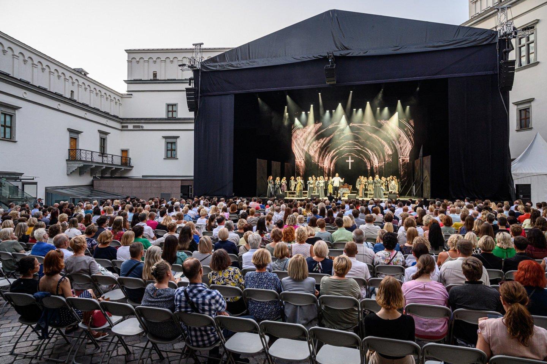 """Vilniuje, Valdovų rūmų kieme, parodyta koliažinė opera """"Mažvydas"""".<br>M.Aleksos nuotr."""