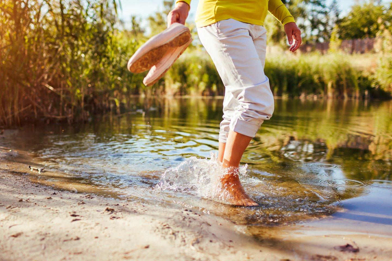 Poros maudynės prie ežero šeimą išmušė iš vėžių. Praėjo noras net bristi į vandenį.<br>123rf.com asociatyvioji nuotr.