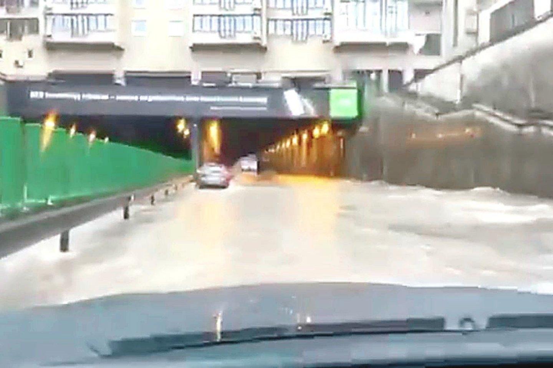 Per antradienio liūtį Seimo tunelis patvino, jį įveikti mėgino tik drąsuoliai.<br>Stop kadras