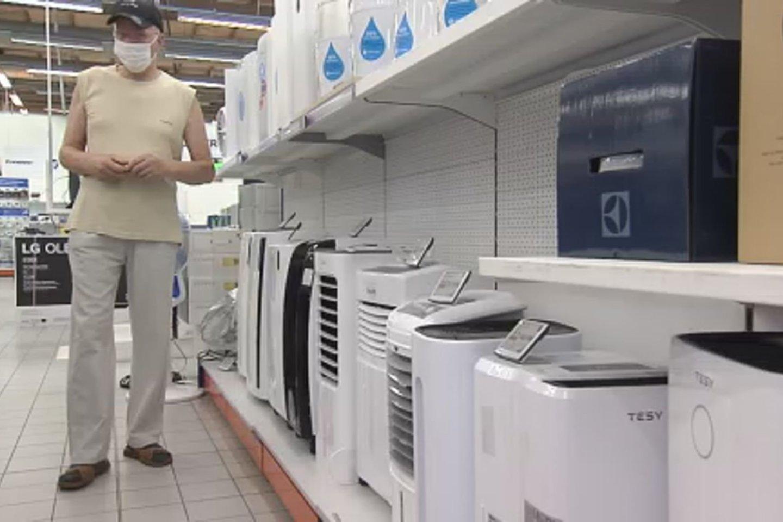 Per karščius gyventojai iš parduotuvių šluoja kondicionierius.<br>Stop kadras