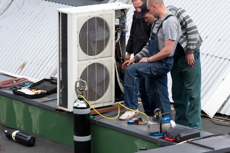 Per karščius gyventojai iš parduotuvių šluoja kondicionierius.<br>V.Ščiavinsko nuotr.