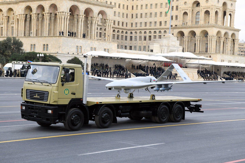 """Dronas """"Bayraktar TB2"""" pergalės parade Baku (Azerbaidžane).<br>Wikimedia commons"""