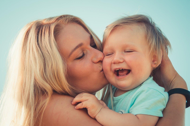 """Amerikiečių pedagogės Janet Lansbury patarimai pagrįsti ne tik formaliomis studijomis ir kitų ekspertų atliktais tyrimais, bet ir dvidešimties metų darbo su tėvais ir jų mažyliais patirtimi.<br>""""Unsplash"""" nuotr."""