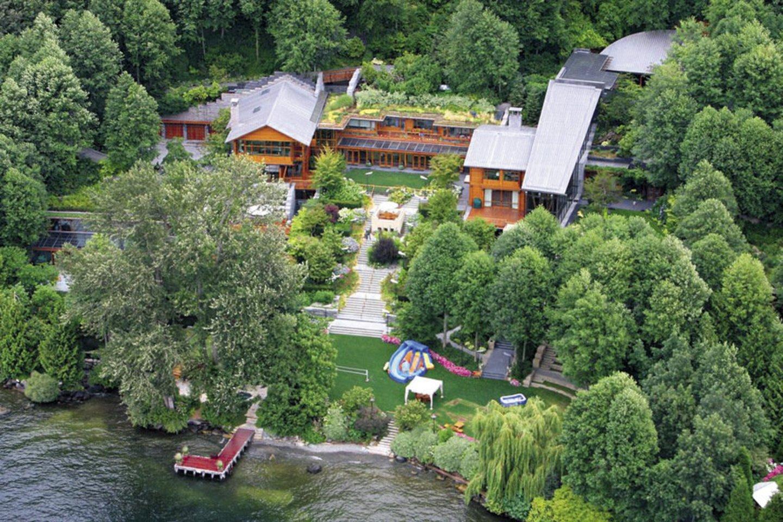 Billo ir Melindos namai spindi prabanga: čia yra didelis baseinas su povandenine muzikos sistema, milžiniškas sporto klubas ir beveik šimto kvadratinių metrų valgomasis.<br>Scanpix