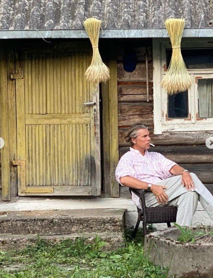 Skaitytoją sužavėjo garsaus madų kūrėjo Juozo Statkevičiaus paprastumas renkantis atostogas kaime.<br>Instagram nuotr.