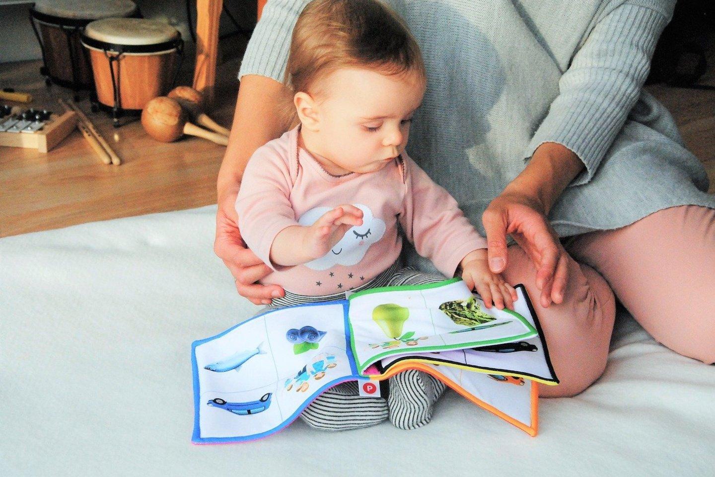 """""""Kūdikis jau pirmaisiais mėnesiais būna pradėjęs kaupti žodyną, tačiau gebėjimas kalbėti suklesti tik patenkinus dvi sąlygas. Pirma, jis turi būti pasiruošęs fiziškai, o antra – tarp smegenų neuronų turi atsirasti naujos jungtys"""", – sakė M. Dautartaitė.<br>""""Pixabay"""" nuotr"""