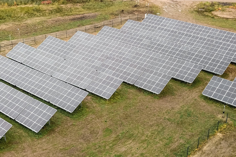 Poveikio aplinkai mažinimui – saulės elektrinės įrengimas.