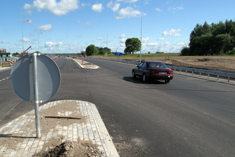Kelias į Molėtus – vienas baisiausių šalyje dėl jo kokybės.<br>R.Neverbicko nuotr.