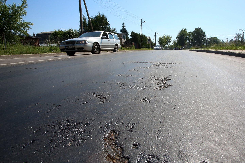 Kelias į Molėtus – vienas baisiausių šalyje dėl jo kokybės.<br>M.Patašiaus nuotr.