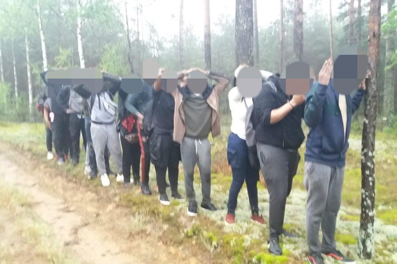 Neteisėtai į Lietuvą patekę migrantai.<br>VSAT nuotr.