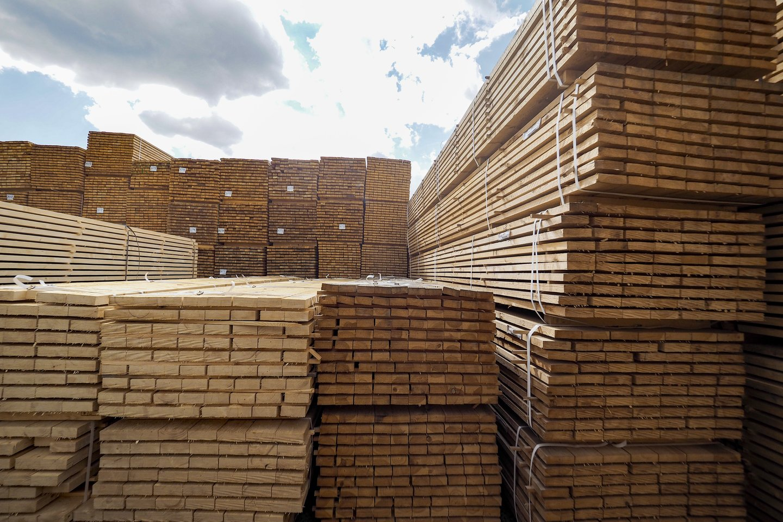 """""""Polywood"""" direktorius R.Zacharevičius skaičiavo, kad nuo pandemijos Europoje pradžios medienos žaliavų kainos pakilo tris kartus.<br>V.Ščiavinsko nuotr."""
