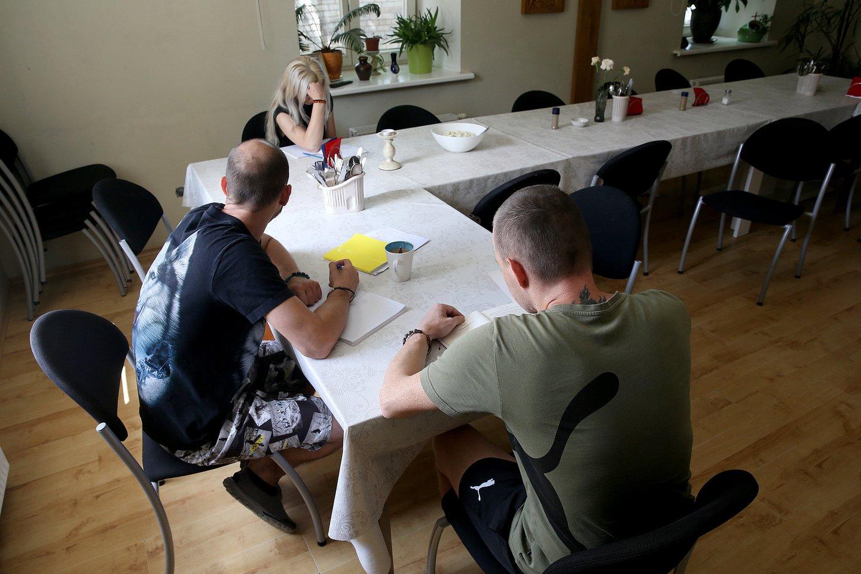 """Reabilitacijos bendruomenės """"Aš Esu"""" narys teigia suprantantis, kad nuo alkoholio priklausomybės nepasveiks.<br>R.Danisevičiaus nuotr."""