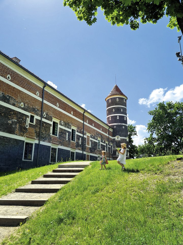 Panemunės pilyje, skaičiuojančioje jau daugiau nei 400 metų istoriją, yra atvertas apžvalgos bokštas, veikia muziejus ir net restoranas su viešbučiu<br>Asmeninio albumo nuotr.