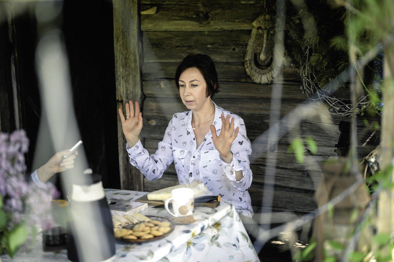 """""""Oho, koks sūris! Tuoj ragausime"""", – džiaugėsi Barbora Lašinių kaimo šeimininkės suslėgtu sūriu.<br>V.Skaraičio nuotr."""