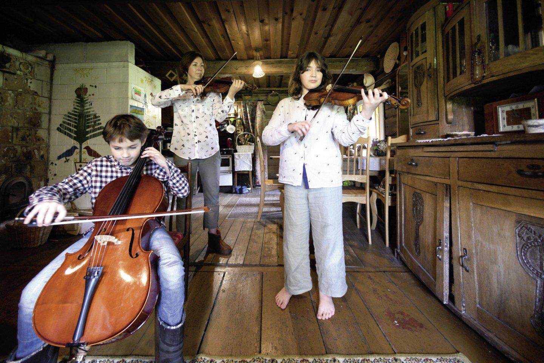 Per karantiną vaikai krimto ne tik matematiką – Justas mokėsi griežti violončele, Aurelija – smuiku, o motina tapo jų mokytoja.<br>V.Skaraičio nuotr.