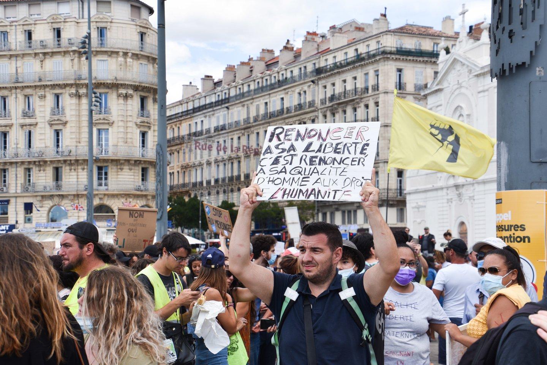Prancūzijos policija ašarinėmis dujomis vaikė protestus prieš suvaržymus dėl viruso. <br>ZUMA Press/Scanpix nuotr.
