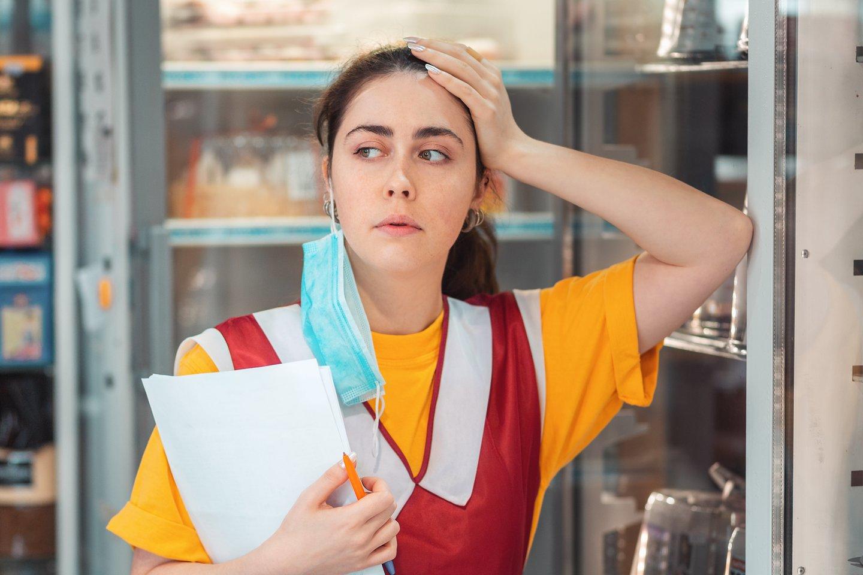 Prekybos centre dirbanti pardavėja skundžiasi, kad nebegali pakelti triukšmo.<br>123rf.com asociatyvioji nuotr.