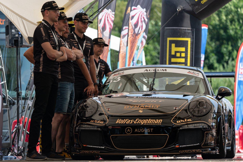 """""""Volfas Engelman Nealkoholinis"""" saugaus ir atsakingo vairavimo manifestą pristatė Palangoje vykstančiose """"Aurum 1006 km"""" lenktynėse."""