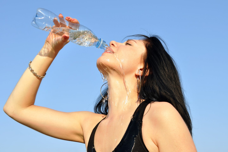 Prieš kiekvieną valgį (jei valgome 5 kartus per dieną, įskaičiuojant užkandžius), 20-30 minučių iki maisto rekomenduojama išgerti po stiklinę (300 ml) vandens. <br>123rf nuotr.