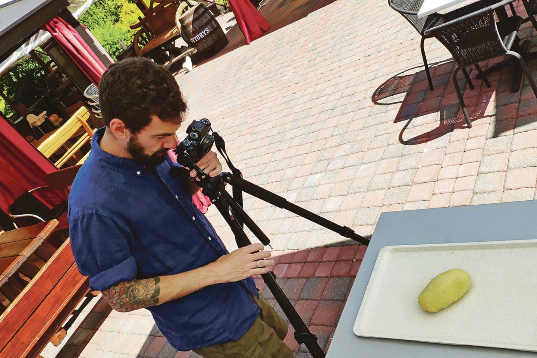"""Karmėlavoje apsilankęs menininkas iš Liuksemburgo S.Eckeras mokėsi gaminti lietuviškus didžkukulius ir juos skenavo būsimam meno kūriniui """"Cepelinas"""".<br>G.Banaičio nuotr."""