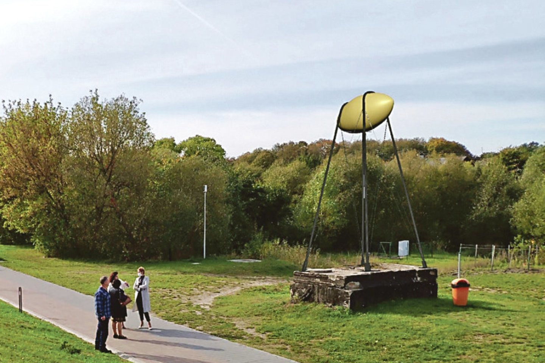"""Karmėlavoje apsilankęs menininkas iš Liuksemburgo S.Eckeras mokėsi gaminti lietuviškus didžkukulius ir juos skenavo būsimam meno kūriniui """"Cepelinas""""."""