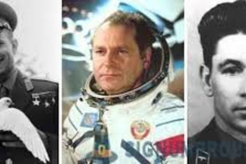 Pirmieji kandidatai skristi į kosmosą: J.Gagarinas, GTitovas, G.Neliubovas.