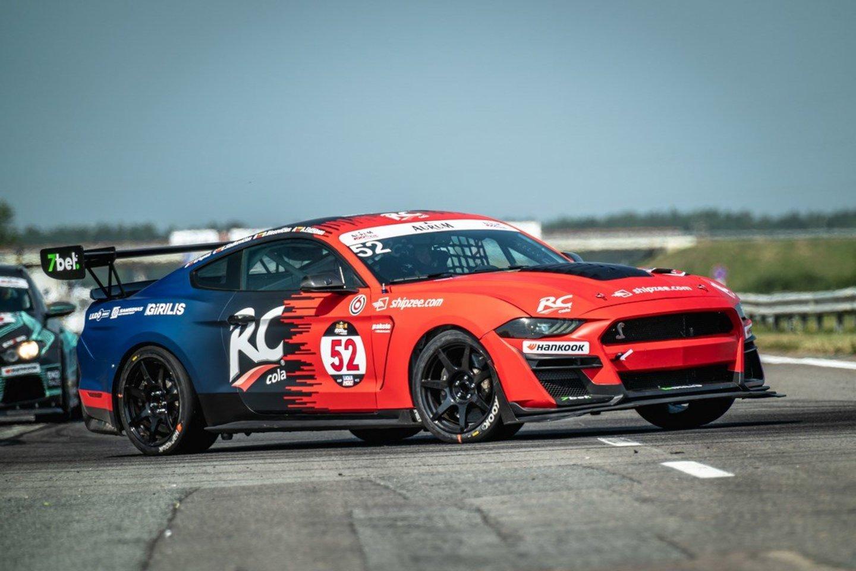 """""""RC Cola racing by 8000RPM motorsport"""" ekipa dar lenktynių savaitgalio pradžioje nerimavo dėl to, ar jų """"Shelby"""" atlaikys lietuvišką kaitrą.<br>M.Valantavičiaus nuotr."""