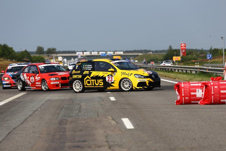 Vienas iš komandos lenktynininkų K.Bučinskas tvirtino, kad lenktynių ekipos nariai laukia nusiteikę ramiai.<br>Komandos nuotr.