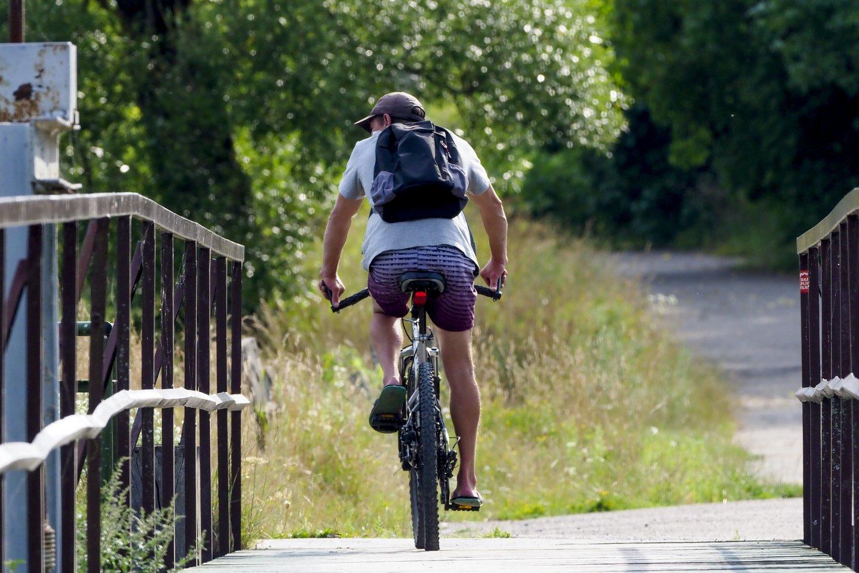 Važiuojant važiuojamąja dalimi, dviračio ar paspirtuko priekyje turi degti baltos šviesos, o gale – raudonos šviesos žibintai.<br>V.Ščiavinsko nuotr.