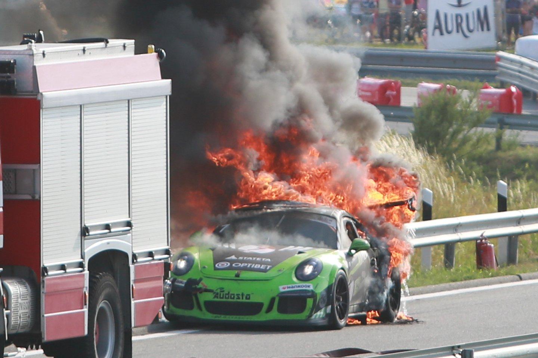 """Lenktynėse po valandos staiga užsidegė Ramūno Čapkausko pilotuojamas žalias """"Porsche"""".<br>G.Bitvinsko nuotr."""