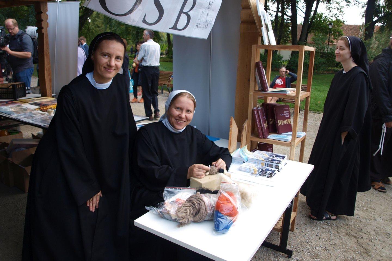 Kaune įsikūrusios seserys benediktinės gamina įvairius suvenyrus, velia gaminius iš vilnos, veria rožinius-apyrankes.<br>A.Srėbalienės nuotr.